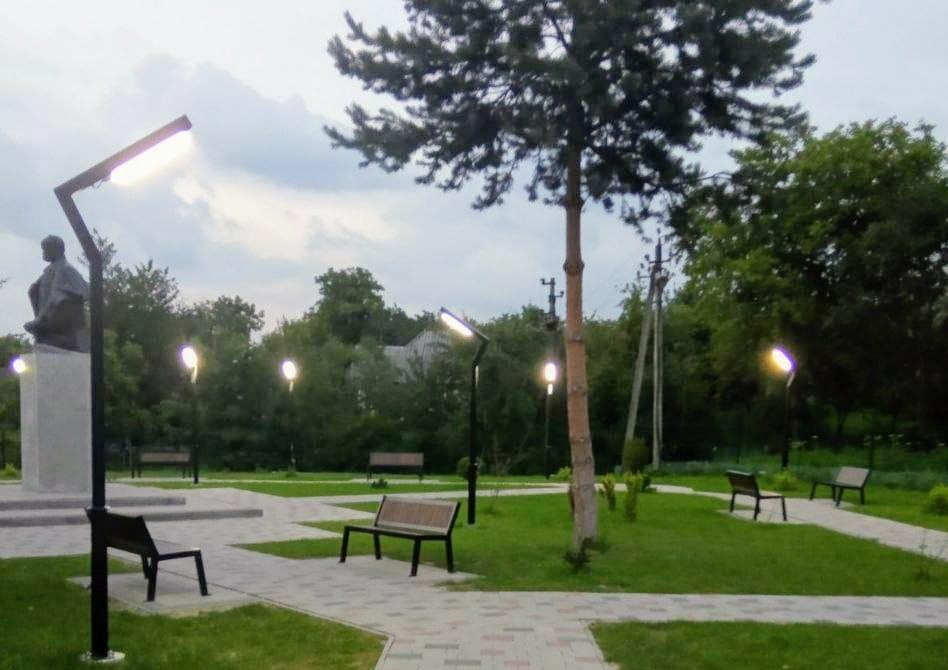 У парку Новиці засвітилися ліхтарі