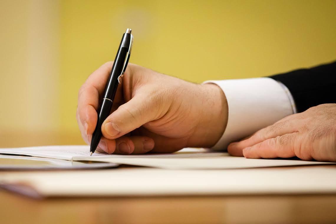 Президент підписав закон про зменшення строку ...